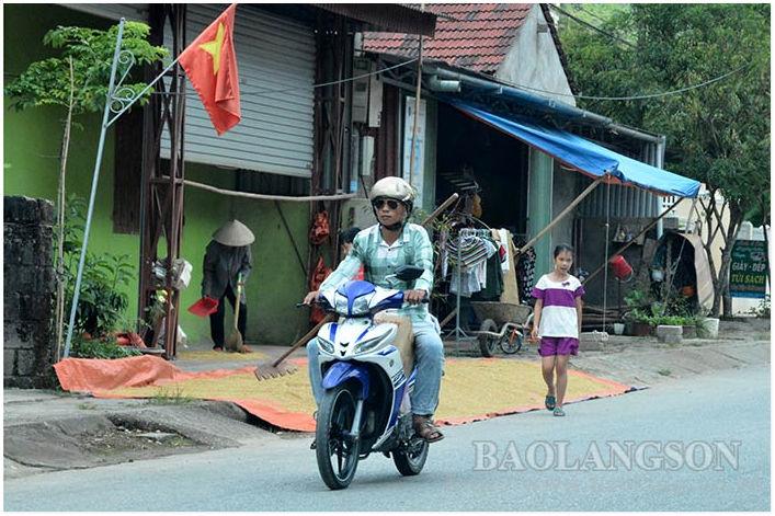 Bình Gia: Tiềm ẩn nguy cơ tai nạn giao thông do phơi nông sản trên đường