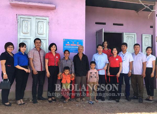 Bàn giao nhà tình nghĩa tại huyện Chi Lăng
