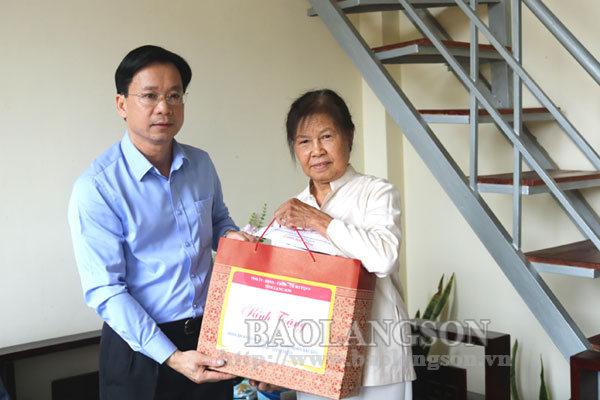 Lãnh đạo tỉnh thăm, tặng quà các gia đình chính sách, người có công