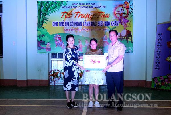 Lãnh đạo tỉnh tặng quà Tết Trung thu cho thiếu nhi tại các huyện, thành phố