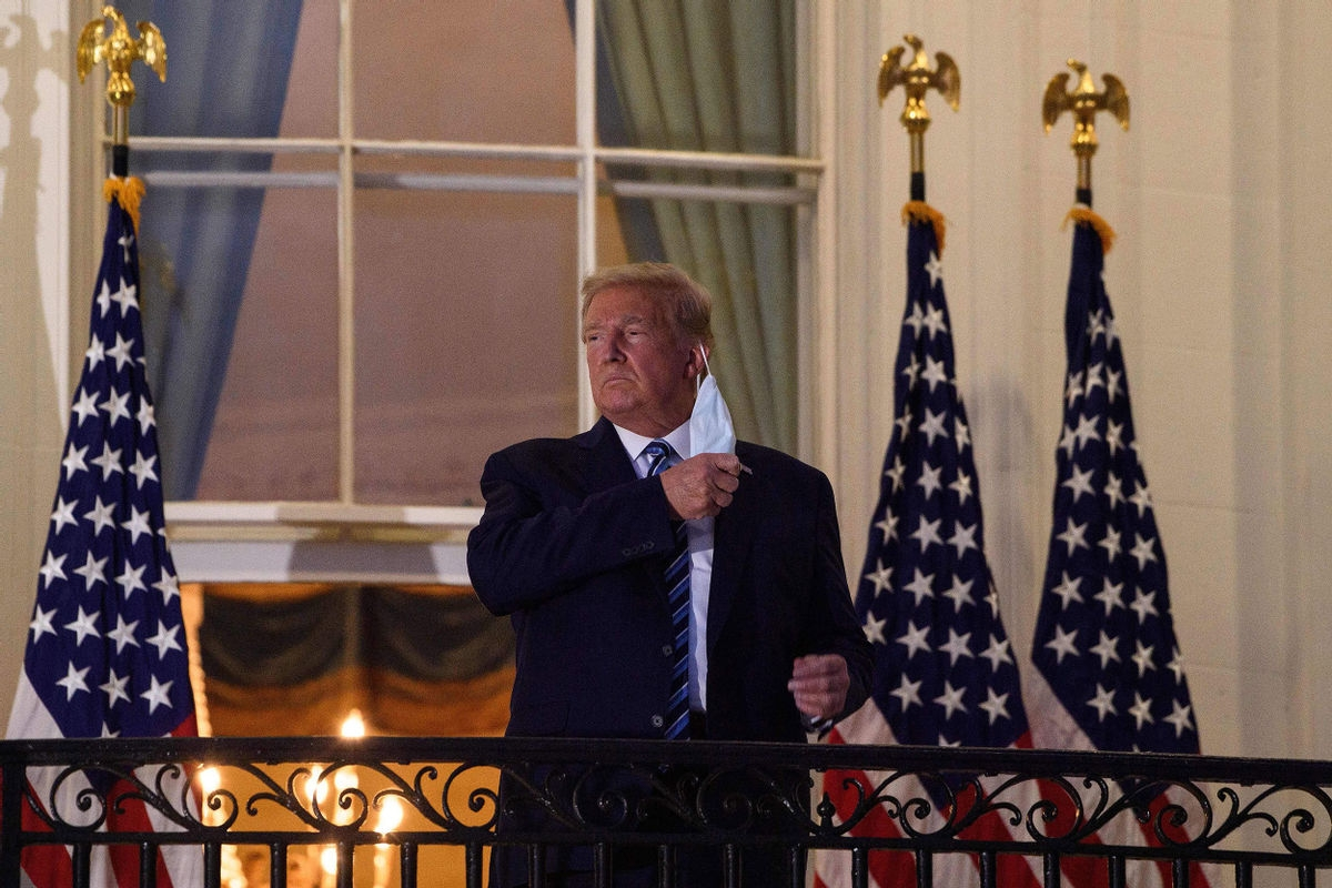 """Ông Trump là """"bệnh nhân duy nhất trên hành tinh"""" dùng liệu pháp điều trị Covid-19 đặc biệt"""