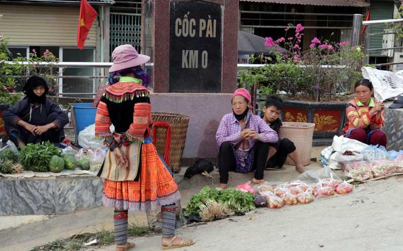 Níu chân Chợ phiên Cốc Pài