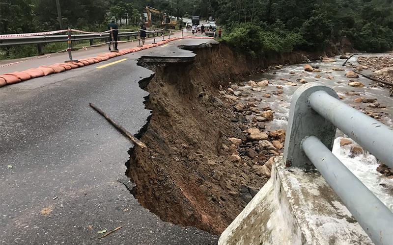 Nhiều tuyến đường tắc nghẽn do ngập nước và sạt lở ta-luy