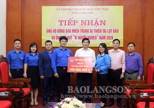 Tiếp nhận trên 200 triệu đồng hỗ trợ các tỉnh miền Trung