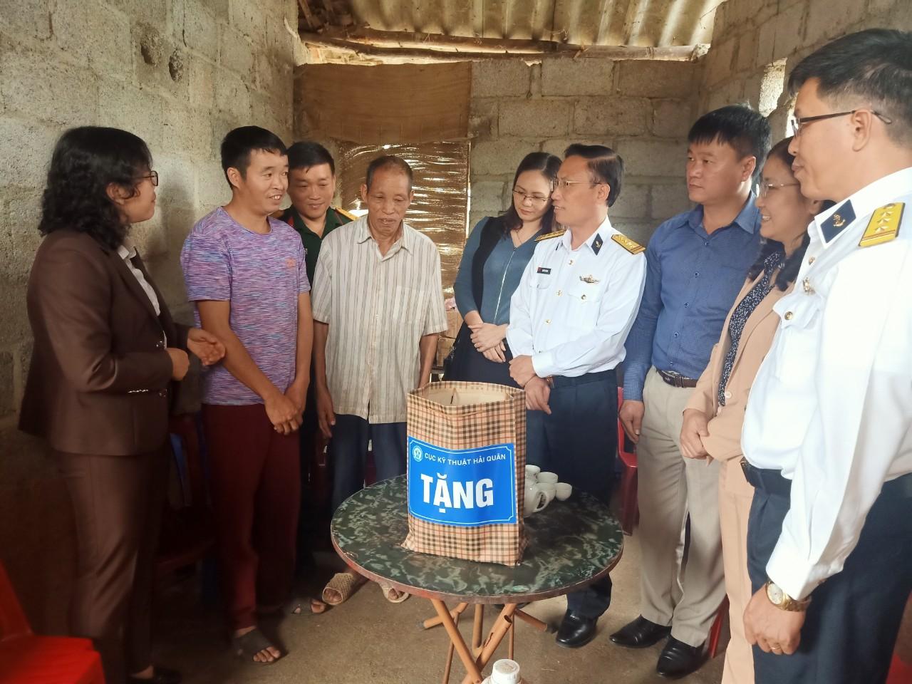 Cục Kỹ thuật Hải quân thông tin chuyên đề về biển, đảo và tặng quà tại Cao Bằng