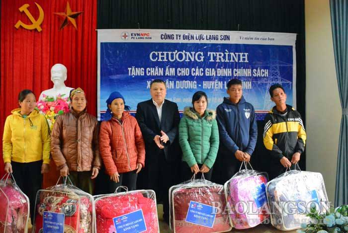 Công ty Điện lực Lạng Sơn tặng 180 chiếc chăn tại xã Xuân Dương, huyện Lộc Bình