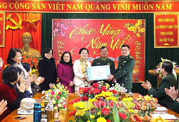 Trung ương Hội Liên hiệp Phụ nữ Việt Nam tặng quà tết tại Lạng Sơn