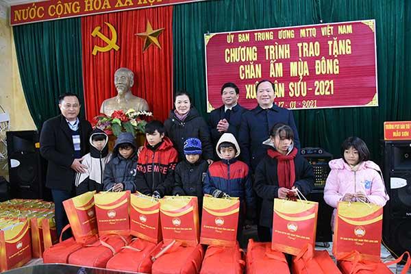 Ủy ban Trung ương Mặt trật Tổ quốc Việt Nam thăm, tặng quà tại huyện Lộc Bình