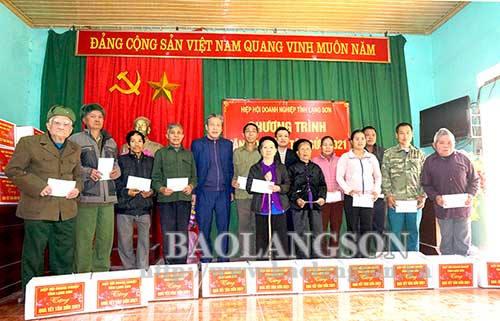 Tặng 100 suất quà Tết cho người nghèo tại huyện Chi Lăng và Hữu Lũng