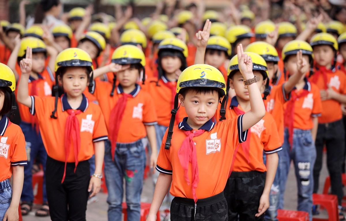 Trao tặng hơn 400 mũ bảo hiểm đạt chuẩn cho học sinh, giáo viên
