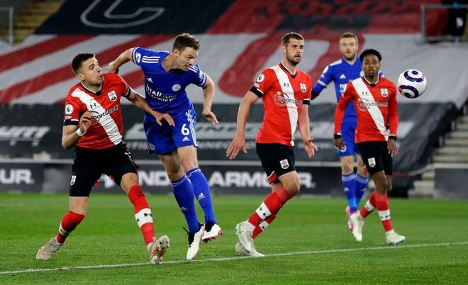 Leicester lỡ cơ hội bám đuổi Man Utd