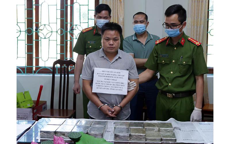 Bắt đối tượng vận chuyển 30 bánh heroin ở Lai Châu