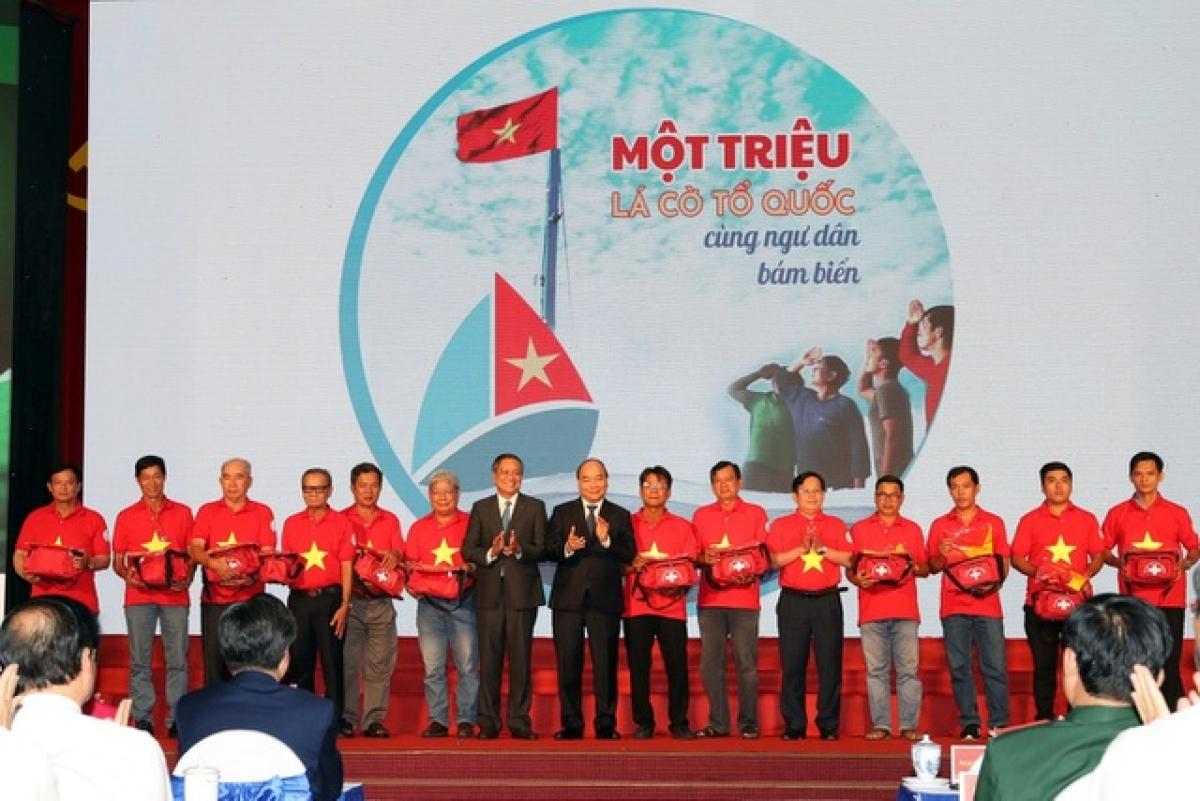 Chủ tịch nước gửi tặng 5.000 lá cờ cho ngư dân vùng biển đảo cả nước