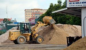 Thị trấn Cao Lộc: Tiềm ẩn tai nạn giao thông từ những bãi tập kết vật liệu xây dựng ven quốc lộ