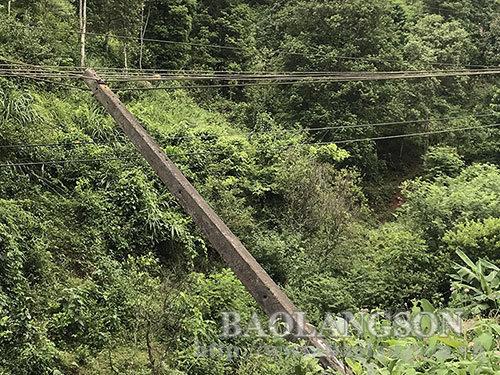 Xuân Long: Tiềm ẩn nguy cơ mất an toàn từ các cột điện nghiêng, đổ