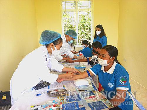 200 phụ nữ vùng biên được khám sức khỏe, phát thuốc miễn phí