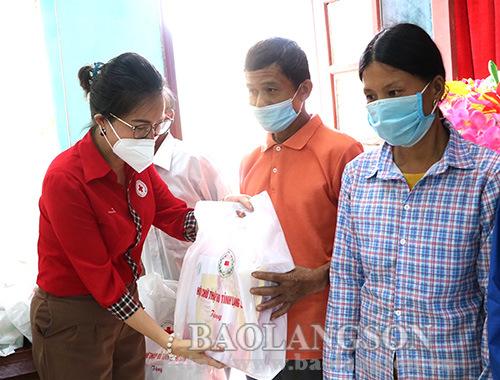 Tặng 200 suất quà cho người có công với cách mạng tại Bắc Sơn, Văn Quan, Tràng Định