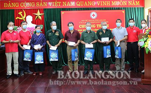 Tặng 20 suất quà cho người có công tại thành phố Lạng Sơn