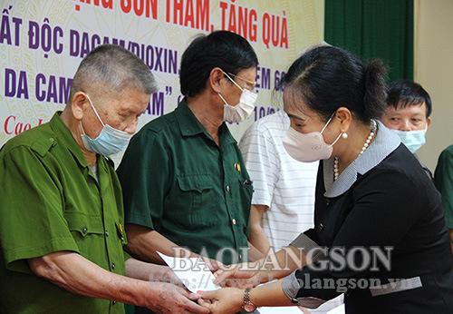 Đoàn công tác của tỉnh thăm, tặng quà nạn nhân chất độc da cam tại thành phố và huyện Cao Lộc