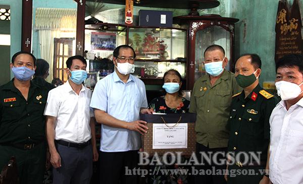 Đoàn công tác của tỉnh tặng quà các gia đình nạn nhân chất độc da cam