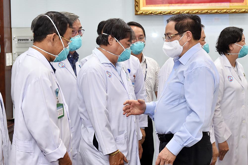 Triển khai ngay phương án điều động, chi viện nhân lực y tế cho các địa phương đang có nhiều ca lây nhiễm, bệnh nặng