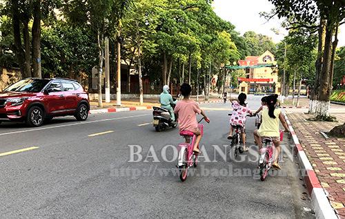 Nguy cơ tiềm ẩn khi cho trẻ đi xe đạp ra đường