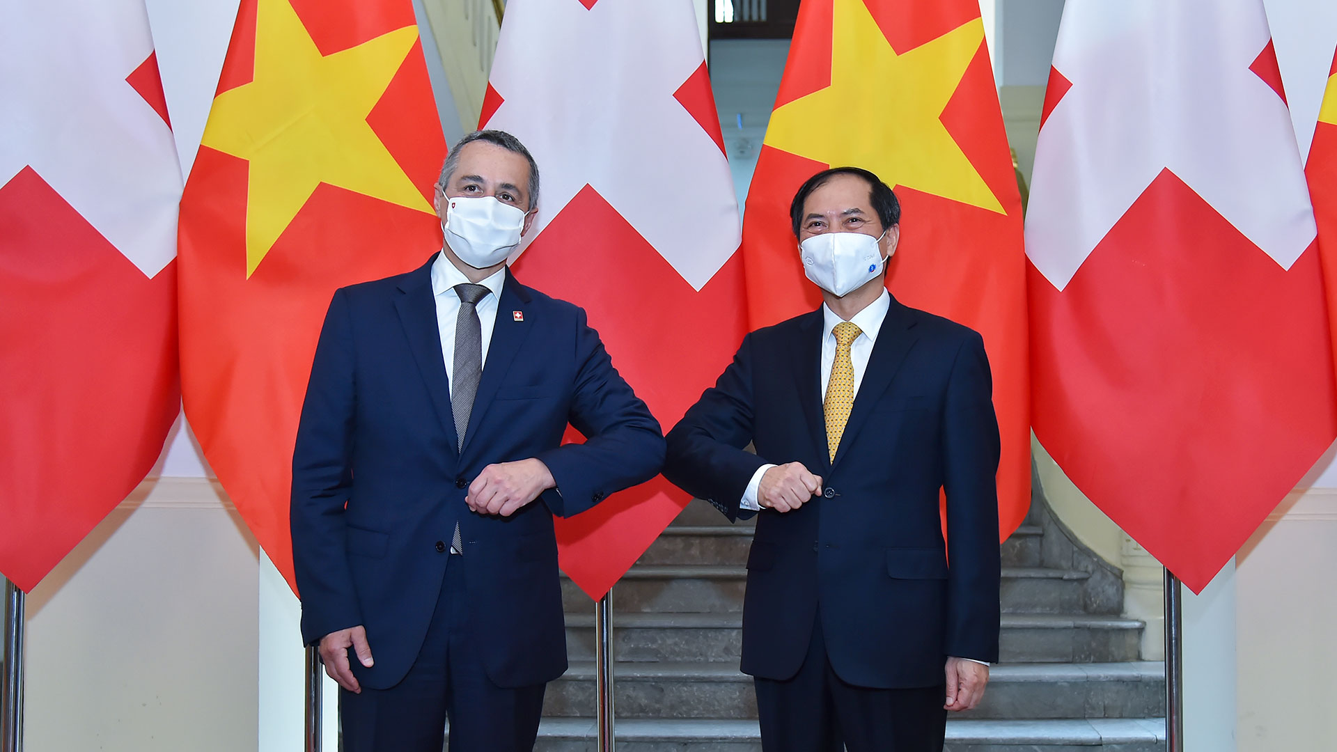 Thụy Sỹ tặng Việt Nam 500.000 bộ kít thử nhanh và 30 máy thở