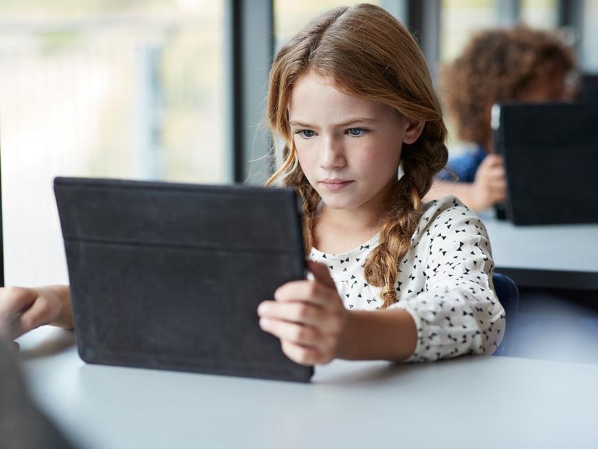 """Anh tạo """"lá chắn"""" cho trẻ em trên không gian mạng"""