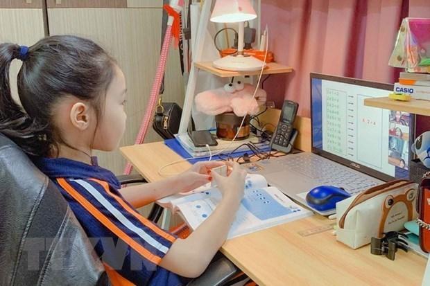 Cha mẹ lo lắng chất lượng giáo dục, sức khỏe con khi học trực tuyến