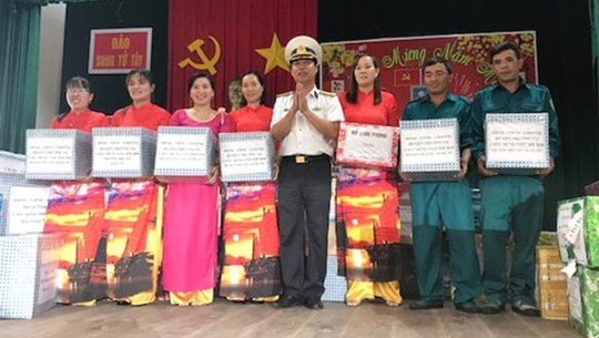 Tet gifts presented to soldiers on Song Tu Tay island