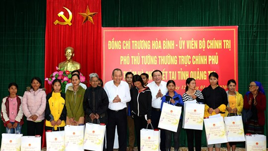 Officials present Tet gifts to poor people, disadvantaged children