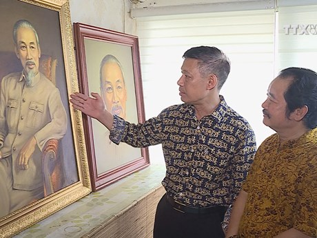 Artist and 2,000 portraits of President Ho Chi Minh