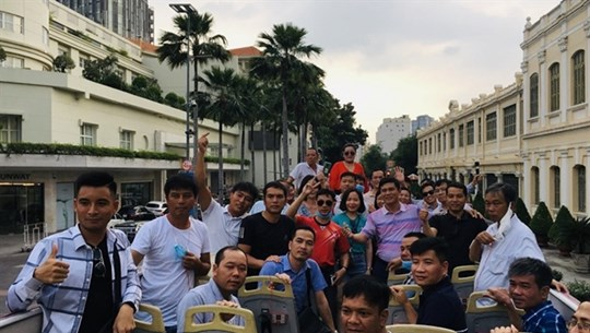 HCM City welcomes first group of tourists on travel stimulus package