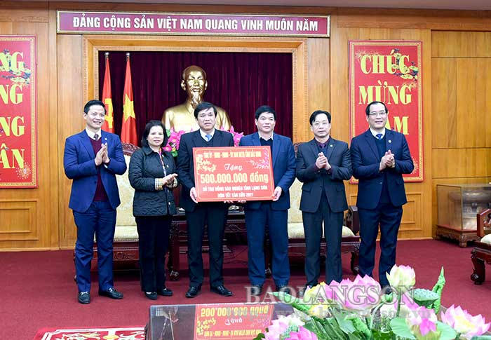 Bac Ninh Provincial Party Committee granted Lang Son 500 million VND to support local poor people