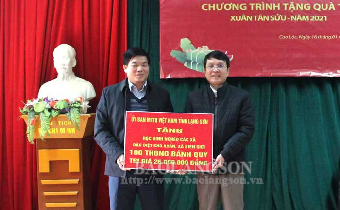 Presenting gifts for poor households in Trang Dinh and Cao Loc on the occasion of Lunar New Year