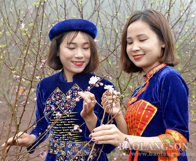 Xu Lang at the peach blossom season