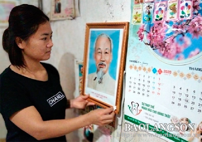 Hanging Uncle Ho's portrait in the house:  A cultural beauty in Dao Vien