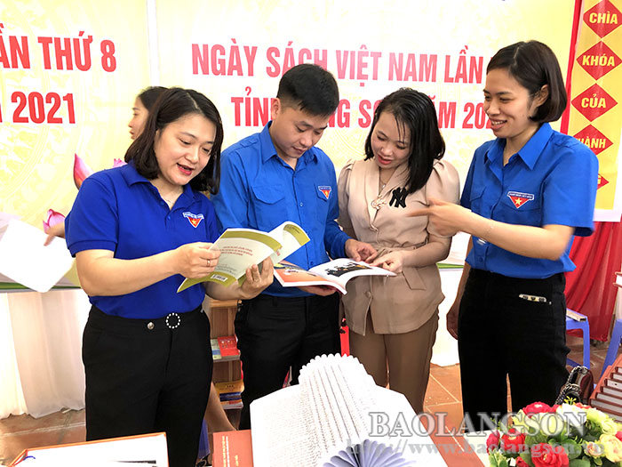 More than 200 students participated in Vietnam Book Day