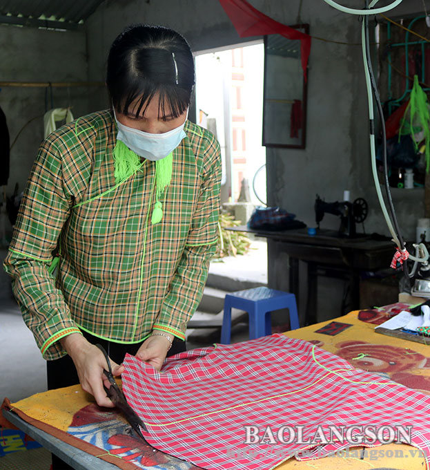 Relevant people contribute to the preservation of Nung ethnic costumes