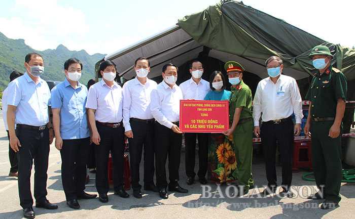 Provincial leaders visited and encouraged officials and soldiers on duty at the COVID-19 quarantine checkpoints in Chi Lang