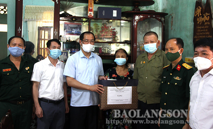 The provincial delegation presented gifts to the families of Agent Orange victim