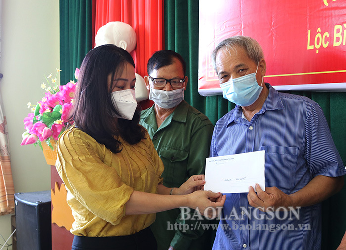 Presenting gifts to the families of Agent Orange victims in Loc Binh, Dinh Lap district.