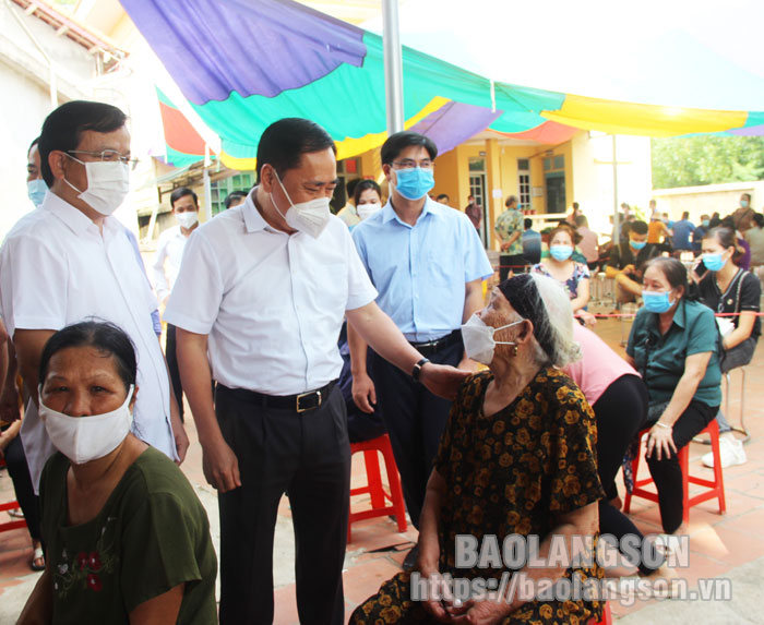 Huu Lung district needs to make efforts to ensure all eligible people in the area vaccinated against COVID-19