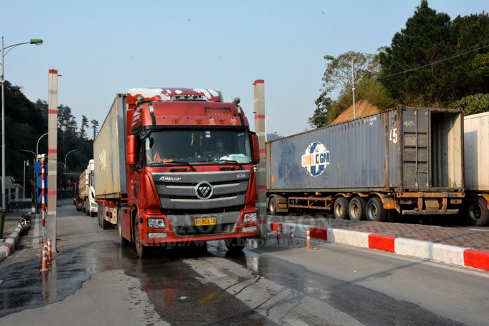 Goods customs clearance resumed at Tan Thanh Border Gate