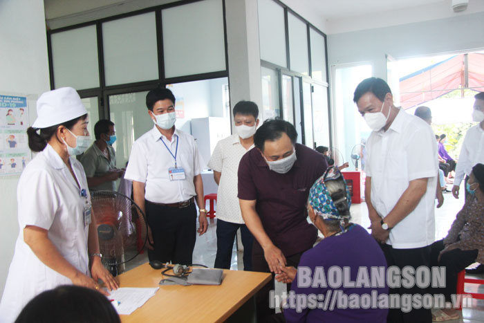 Leaders of the Provincial People's Committee inspect COVID-19 vaccination in Loc Binh and Dinh Lap districts