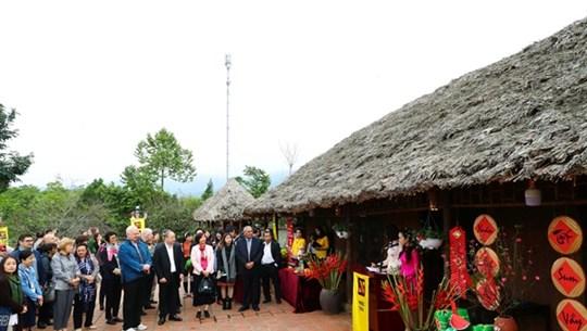 各国驻越大使和国际友人了解越南春节的传统文化