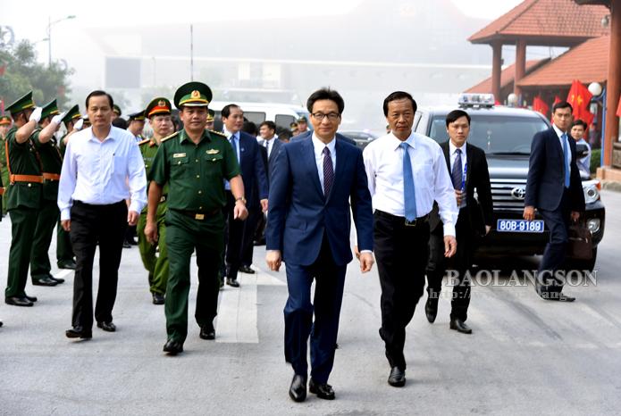 谅山省领导为赴中国出席中国-东盟博览会的政府副总理武德儋一行送行