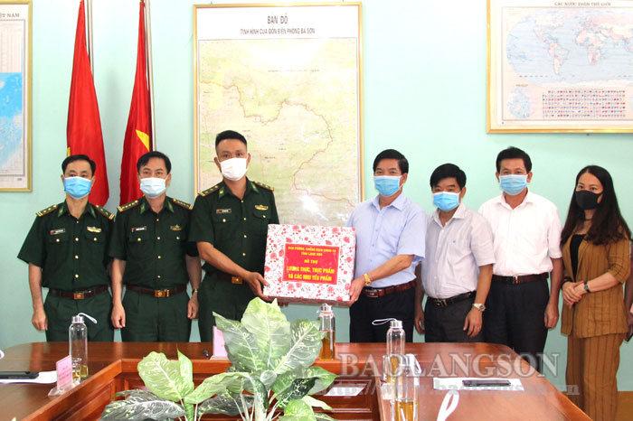 省祖国阵线委员会访问巴山边防屯并向其赠送礼物