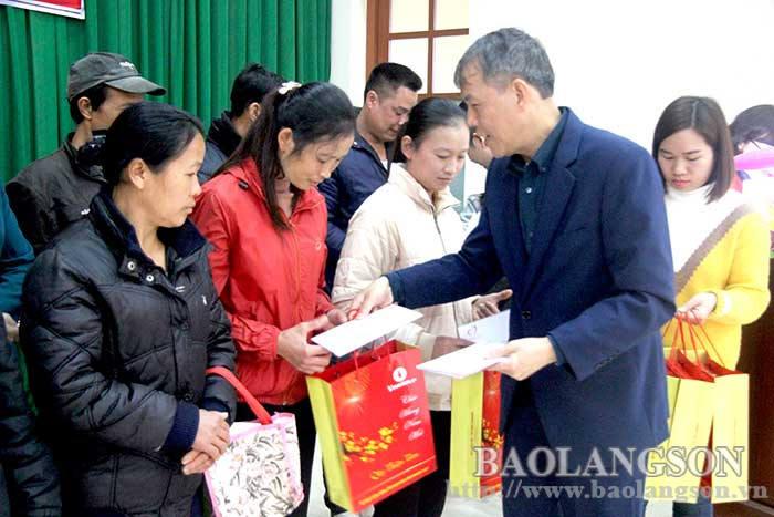 在文关、北山、禄平、友陇和芝陵五县赠送春节礼物