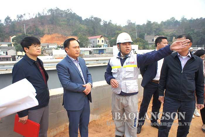 省人民委员会领导视察谅山市的基础设施项目